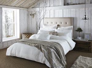 De innerlijke criticus en vermoeidheid - afbeelding van een heerlijk bed met veel kussens.