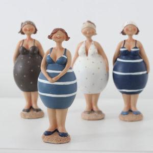 Overgewicht en de innerlijke criticus. Foto van vier leuke ronde dames (poppetjes).