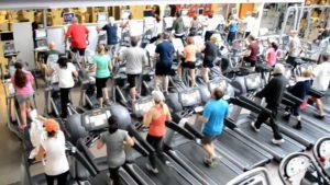 Goede voornemens en de innerlijke criticus - foto van bomvolle sportschool