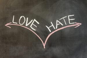 Schoolbord met love en hate erop geschreven